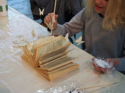 """Beaucoup de concentration pendant l'atelier """"magie des livres"""" !"""